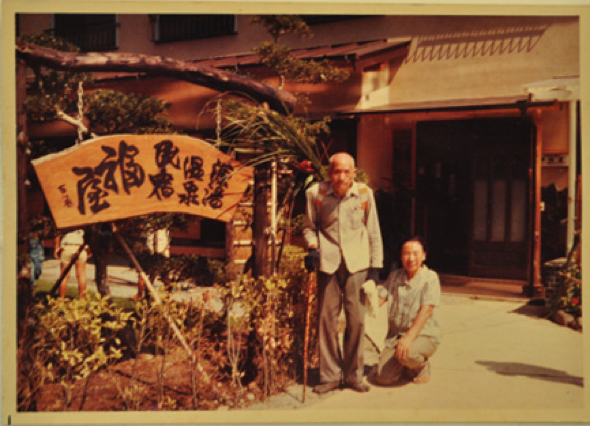 開業当初の福屋の前。守男さんのお父さんとお母さん。二人が温室を始める前は伊豆の有名旅館で働いていたそう