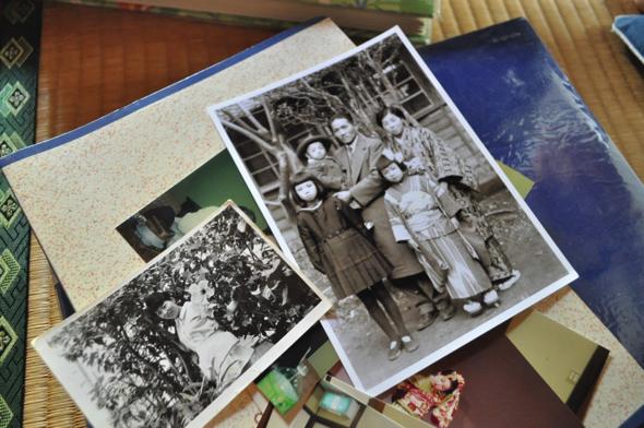 若かりし頃の範子さん。右は範子さんが幼い頃の家族写真