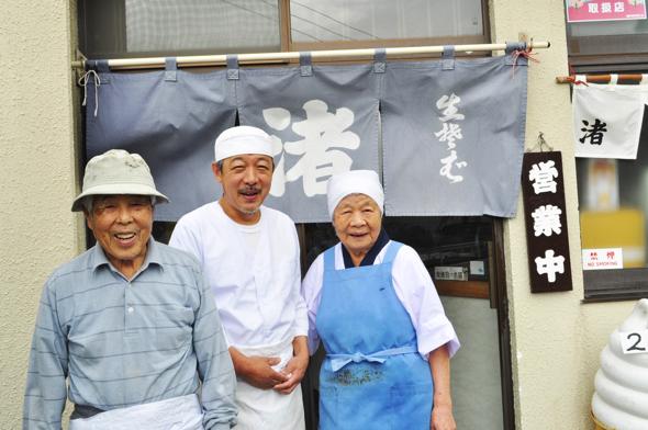 左から鈴木富士弥さん、哲弥さん、とみ子さん