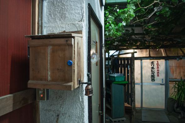 左の木箱が銭箱。そこを開けて、お金を入れるというシステム