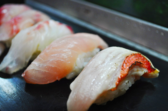 右から、金目鯛の炙り、金目鯛、真鯛、メジナ