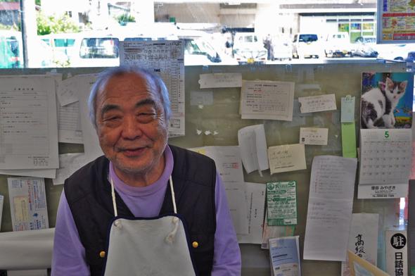 尾崎書店の店長尾崎正幸さん。物静かで無骨な方という印象だったが、とても気さくな方。僕が本を買うとき、必ず立ち話をする。声がとってもハスキーボイス。滝を巡るのが好き