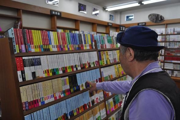 「この本屋のいいところは、自分たちである程度本を選べること。悪いところは、あんまり売れないところ(笑)」と〇〇さん。時代小説が好き。司馬遼太郎、西村京太郎、佐伯 泰英がおすすめだそう