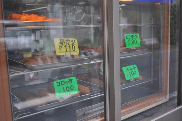 店頭に並ぶ揚げ物。唐揚げ、メンチカツは開店当初からあった。当時の値段は20~30円。揚げ物を揚げるのは主に奥さんが担当。