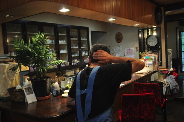 店主の稲本高行さん。取材は近所の喫茶店「休石」にてお話を聞かせてもらった。高行さんはお昼過ぎにここでコーヒーを飲むのが日課。写真は照れられたので伏せています