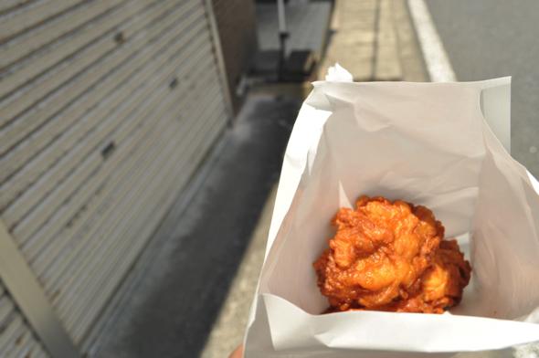 ゴロゴロ大きな唐揚げは醤油味。一個80円。たまにサービスで一個多めに入れてくれることも