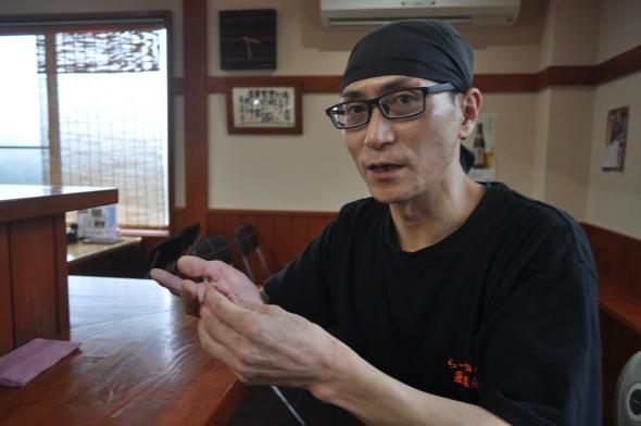 「東京にいるとき、趣味が食べ歩きだったから、いろんなラーメンを食べ歩いて研究してね。そのときに調味料を使っていないラーメンに出会って衝撃を受けてたんだよ。『なんだこの味!こんなラーメンがあるのか・・・自分も作ってみたい!』って」。ちなみに、奥さんの趣味も食べ歩き