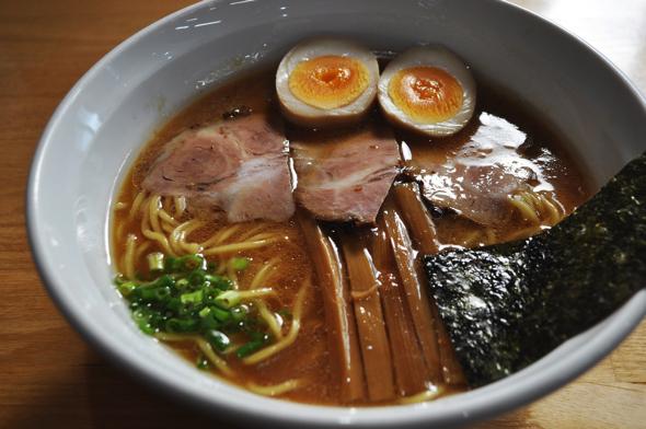 真ラーメンは魚介豚骨がベース。カツオ、サバでダシをとったコッテリしすぎないスープが特徴。