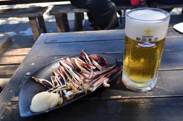 イカの船上干し。言わずもがな、ビールとの相性抜群。ビール以外のドリンクメニューも充実