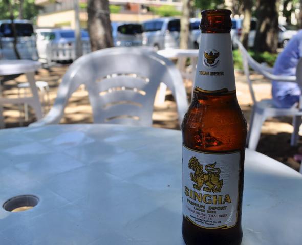 タイのビール「シンハービール」。ガパオライスと一緒にいかがでしょう?