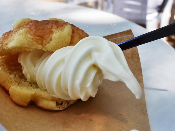 メロンパンソフトクリーム。休暇村のシェフが焼いたメロンパンにソフトクリームを挟んだスイーツ。