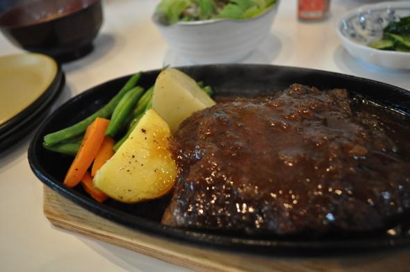 鹿肉ステーキ(200g)。醤油ベースの和風大根おろしソースがかかっている。 男性なら少し物足りないかもしれないので、〇〇g~がおすすめ。