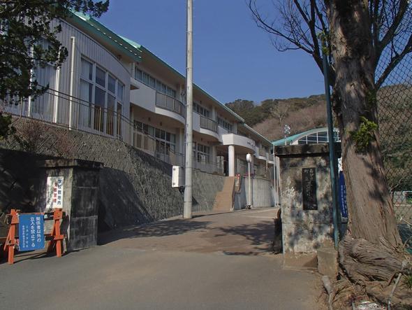 高台にある旧三浜小学校。2014年に閉校している