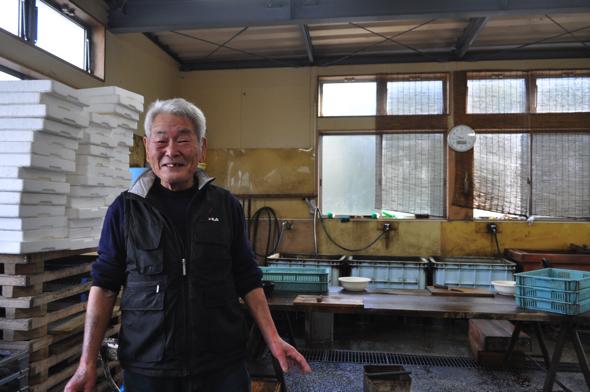仁さんは南伊豆町大瀬出身。仁さんは当時出稼ぎで沼津に来ていた。工場でいつも魚を開いている。2019年に80歳。