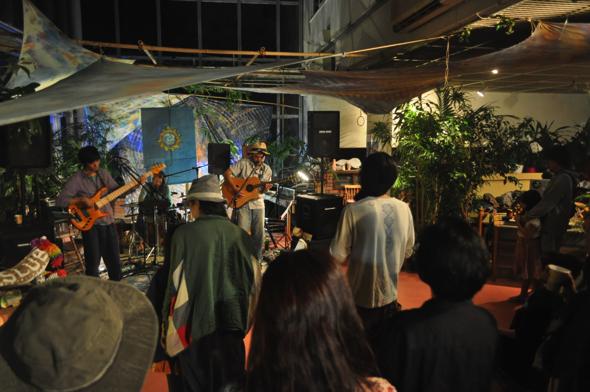 南伊豆を中心に活動しているミュージシャンによる音楽ライブの様子(tengusa)