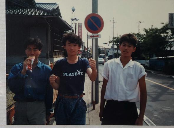 当時の大学時代の写真が出てきた。軟式テニスサークルだったそう。「東京生活は楽しすぎたね」と笑う