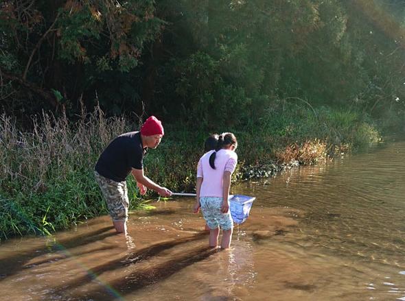 川に入って魚の餌となるエビを捕まえました!その後は見事10匹の川魚を釣り上げました!