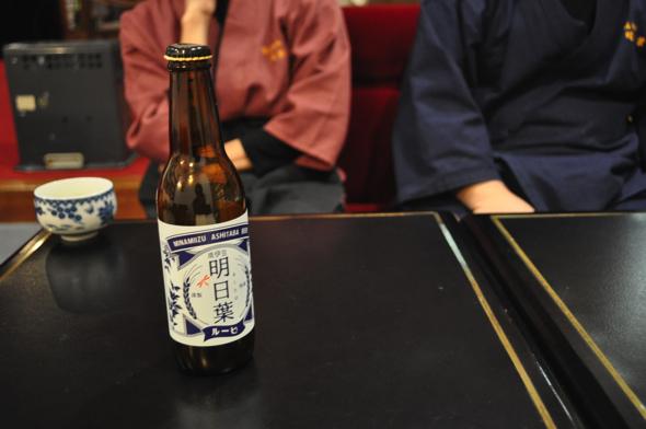 明日葉ビールの特徴は南伊豆産の明日葉の苦味とアロマホップの香りが効いていて、グッとパンチのあるビールだ。「明日葉の味がガツンとするのがしたかった」と團之原さん。ちなみにラベルのデザインは、旅館をイメージさせるような昭和感をイメージしたそう。デザインは伊豆半島に住む方に依頼