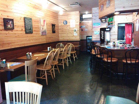 店内。Timeのお客さんは子育て世代のママさんグループや、カウンターでまったりお昼休憩しているサラリーマン。年配の人たちがお茶会としても活用されている