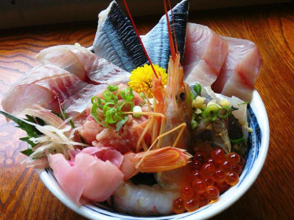 人気のランチメニューは海鮮丼(10食限定)。伊豆近郊で水揚げされた魚がふんだんに!コーヒ付きで1100円