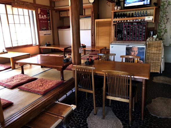 店内。カウンター、テーブル、座敷席がある
