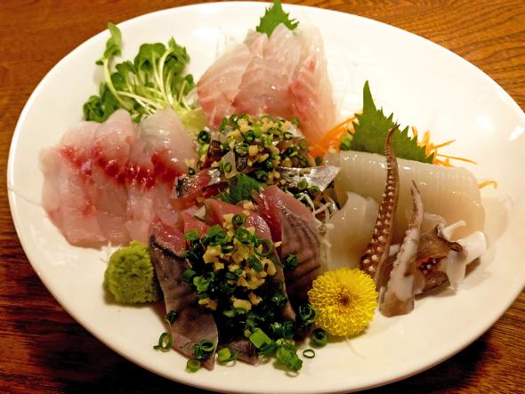 刺身の盛り合わせ(この日は金目鯛、イサキ、アジ、いか、カンパチ)。斉藤さんが地元漁師から仕入れた魚だ