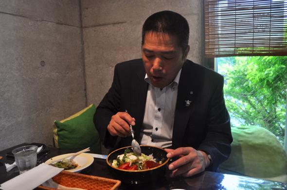 前回の様子。僕が岡部さんに食レポを執拗に迫って、食べずらそうだった
