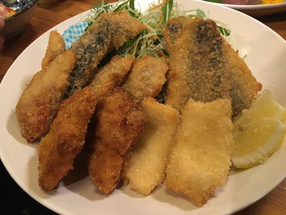 揚げ物の盛り合わせ()。アジ、いか、イサキ、金目鯛、チキンカツ。その日によってお魚は異なります。