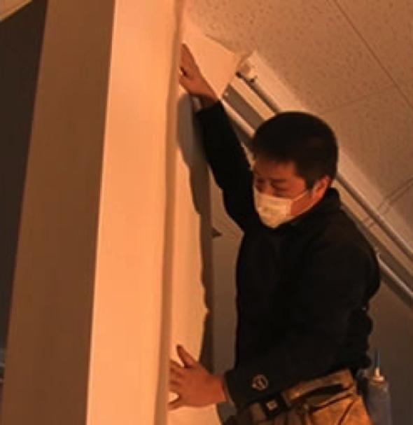 町長になる前、岡部さんはもともと内装屋さん。斉の机は岡部さんがニスを塗っていたそう