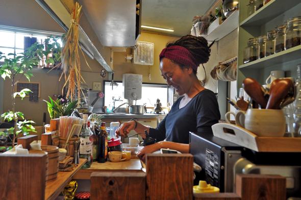 「ジャマイカで飲んだ時の海辺のカウンターが好きだったの」。 ゆったりワイワイ、ホッと一息つく場所『らいおんキッチン』