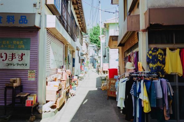 撮影では子浦の空き家をお借りして商店に。登場人物たちが暮らす商店街になった」