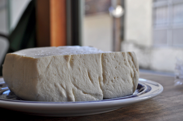 しっかりとした弾力と大豆の味を感じられるやさしいお豆腐。料理の主役を張るほど