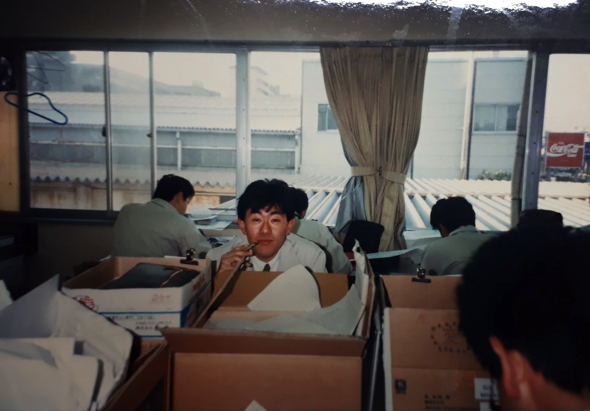 当時の食品メーカーに勤めた頃のお写真(なぜダンボールがこんなに・・・)