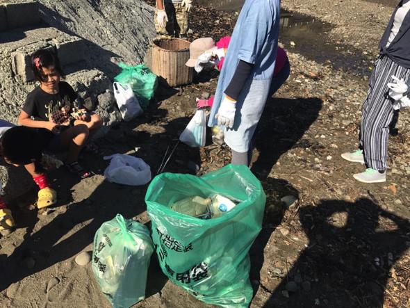 初回は8人の子どもたちが近所の川のゴミを掃除した