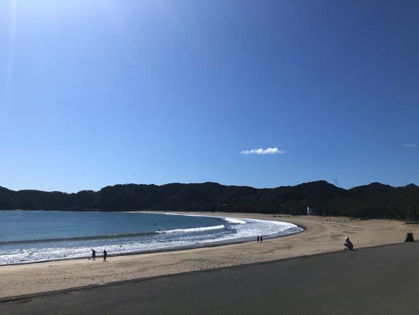 弓ヶ浜にはサーファーも(上半身裸で車を掃除している人もいます)。