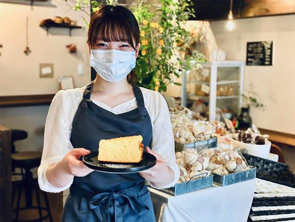 是近さん:シフォンケーキはGETできました! ふっわふわでした。驚くくらい。そして柑橘系の香りが優しくふわっとやってきました。 ビターなピールがとても大人なシフォン。これは優勝なんじゃないでしょうか。うまい。